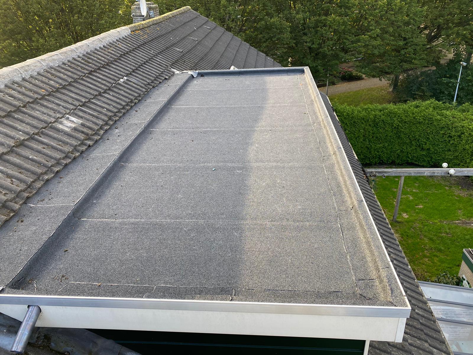 Purmerend - Nieuwe dakbedekking met onderlaag en toplaag, nieuwe nokpannen en schoorsteen inpakken